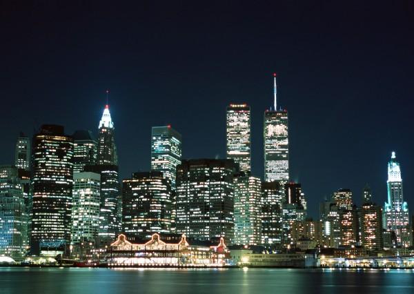Skyline at night Bild im LED-Leuchtrahmen - Leuchtbilder von Lumiframes Bilder-rahmen poster rahmen kunst-drucke led-leuchten foto-rahmen leucht-kasten werbe-banner foto Leinwand-bild Wandbild Wand-deko
