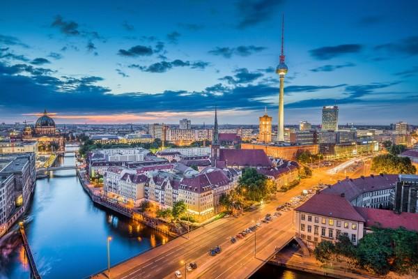 Berlin Bild im LED-Leuchtrahmen - Leuchtbilder von Lumiframes Bilder-rahmen poster rahmen kunst-drucke led-leuchten foto-rahmen leucht-kasten werbe-banner foto Leinwand-bild Wandbild Wand-deko